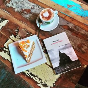 Café, pastel de cenoria e A noite do corvo