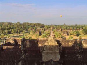 Vistas dende Angkor Wat con un globo aerostático e a porta principal ó fondo