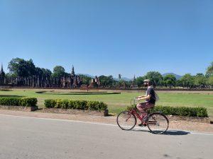 En bicicleta enfronte do Wat Maha That