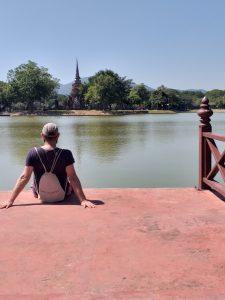 Vistas de Wat Sa-Si no Parque Histórico de Sukhothai