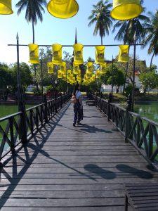 Ponte de madeira de Wat Traphang Thong no Parque Histórico de Sukhothai